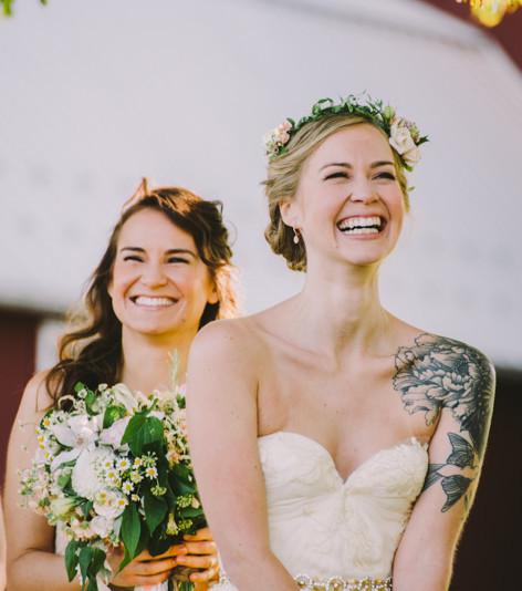 Braut mit Tattoo: Tätowierungen im Hochzeitskleid
