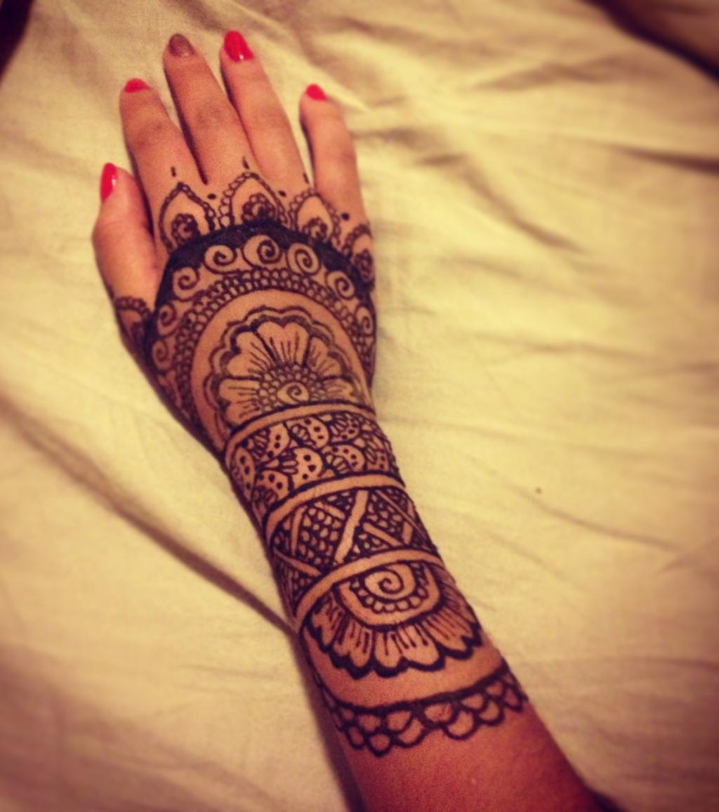 henna tattoo die 20 sch nsten tattoo ideen f r hand arm. Black Bedroom Furniture Sets. Home Design Ideas