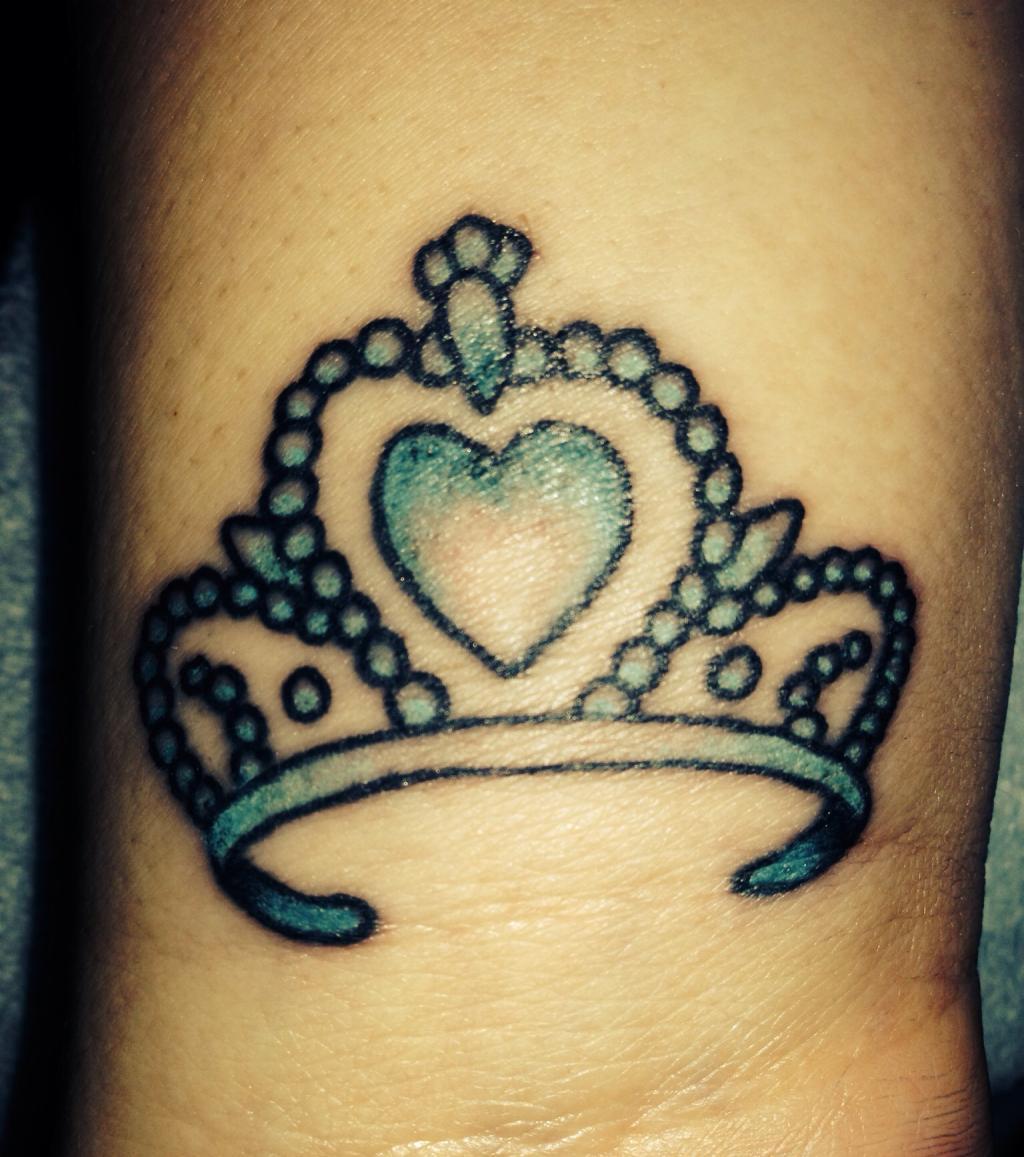 kronen tattoo 20 tattoo ideen f r frauen. Black Bedroom Furniture Sets. Home Design Ideas