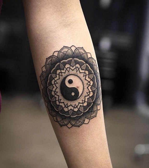 10 tattoos f r mysteri se m dels. Black Bedroom Furniture Sets. Home Design Ideas