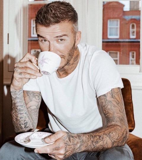 Zum Anbeißen: Männliche Stars, die mit ihren Tattoos glänzen