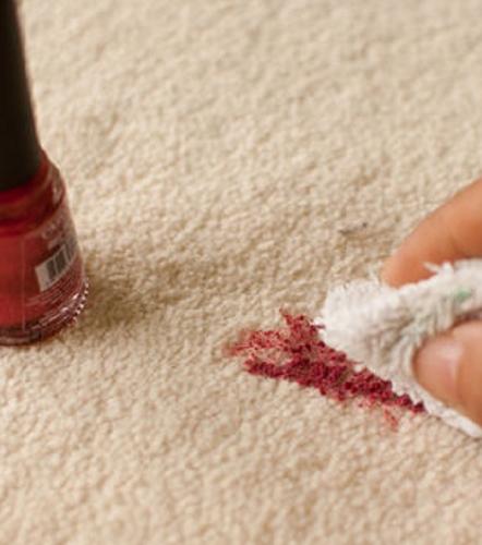 So entfernst du Make-Up-Flecken auf jeder Oberfläche! Und die Wundermittel hast du alle schon zuhause!