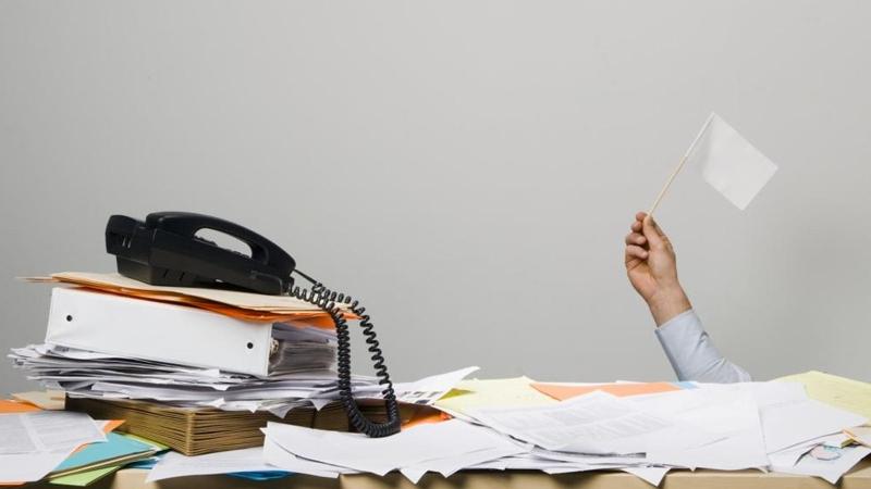Dein Schreibtisch versinkt im Chaos? Mit unseren DIY-Ideen schaffst du dem Abhilfe!