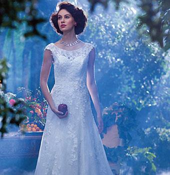 """Ganz aus makelloser Spitze erweckt das Hochzeitskleid die Lust """"Kommt erst mein Prinz zu mir"""" zu trällern. In der Hoffnung, dass der Zauber funktioniert…"""