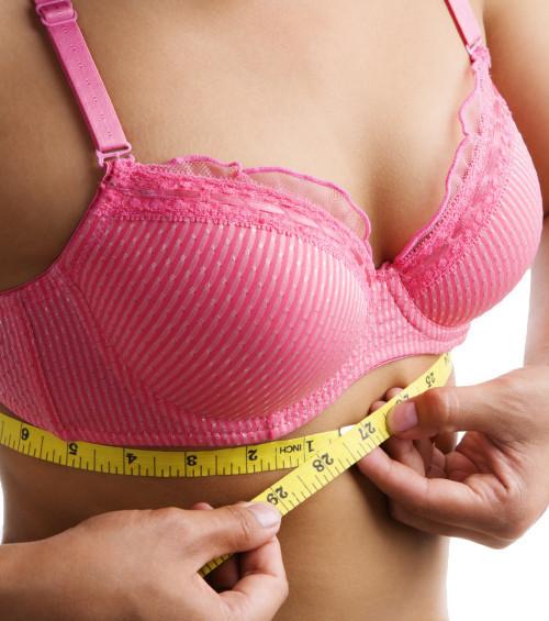 Regel Nummer 1: Messt euren Thoraxumfang unter der Brust! So findet ihr die passende Größe
