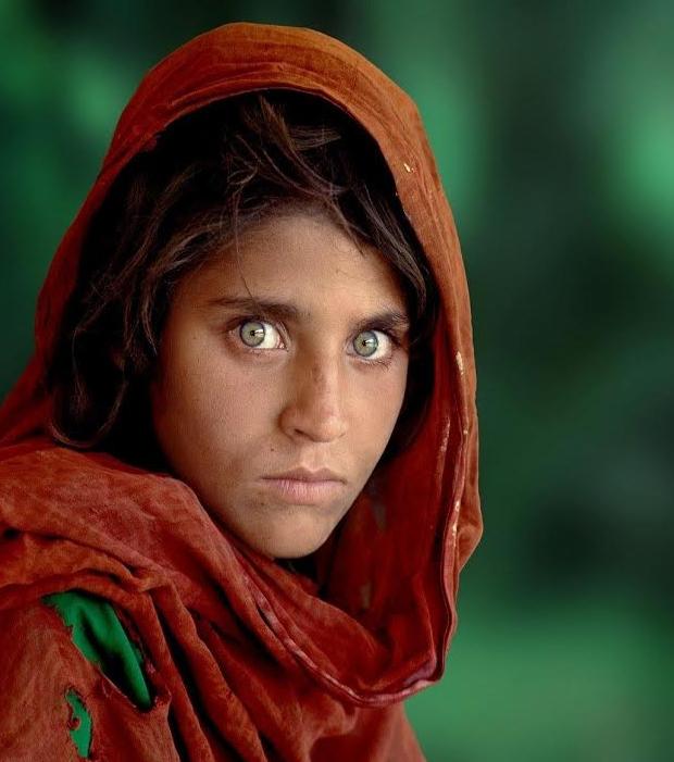 Sharbat - Dieses 12-jährige afghanische Mädchen erschien im Juni 1985 auf dem Titelbild der Monatszeitschrift National Geographic und hypnotisierte jeden mit ihren hellen, grünen Augen
