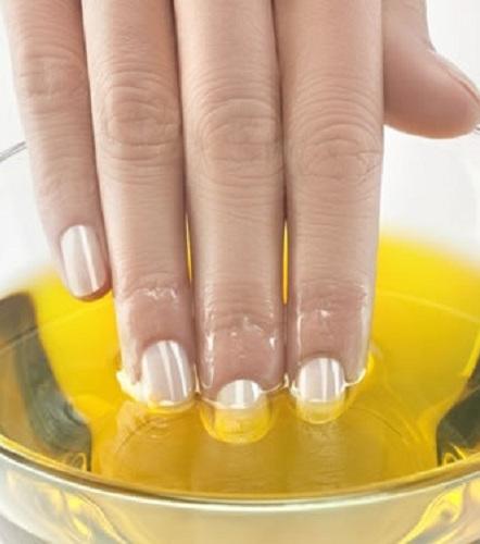 Rizinusöl für schöne Nägel: Bei Nägeln, die brechen oder sich spalten, einfach das Öl auf deine Nägel und deine Nagelhaut geben und einmassieren.