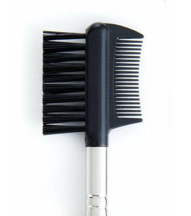 Mit Augenbrauenbürste und Wimpernkamm werden Augenbrauen und Wimpern in Form gekämmt und gebürstet.