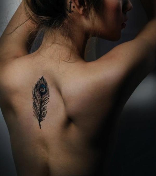 Feder Tattoo: Pfauenfeder auf dem Rücken