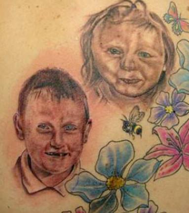 Hier wollte eine Mutter ein Tattoo zu Ehren ihrer Kinder... total missglückt!