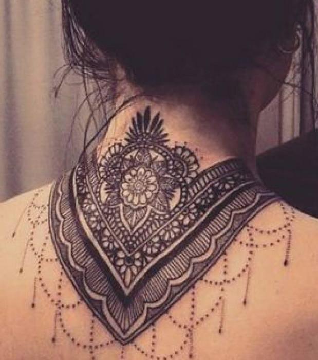 Mandala-Tattoo im Nacken
