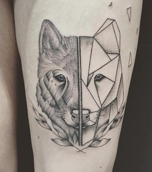 Real und abstrakt - kubistisches Wolfs-Tattoo auf dem Oberschenkel