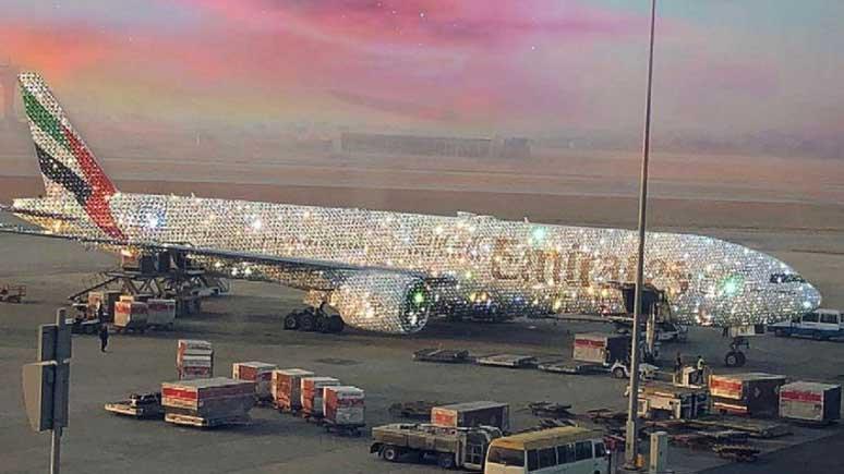 Internethit: Flugzeug mit Diamanten dekoriert