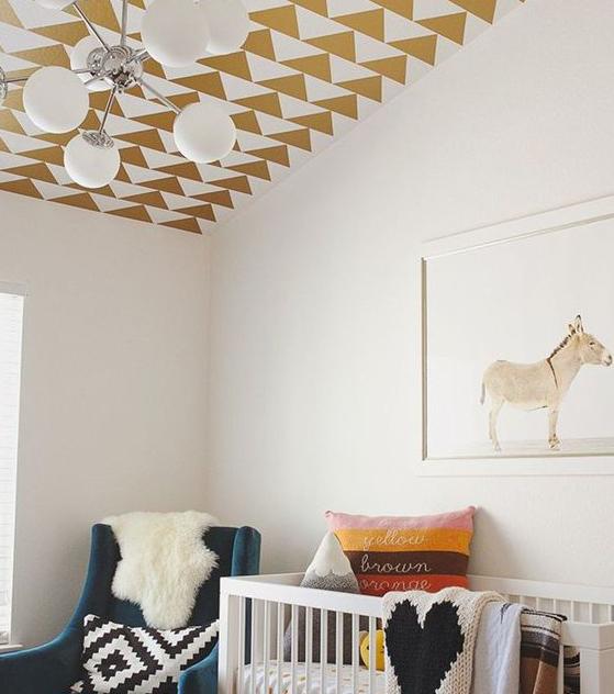 Ein Plafond mit goldenen Dreiecken