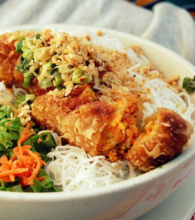 Bó Bún kann warm oder kalt gegessen werden und ist ideal für das Mittagessen.