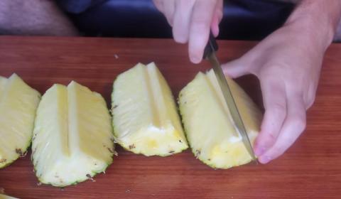 Eine einfache Methode, eine Ananas zu schneiden. Sie werden danach keine Entschuldigung mehr haben, nicht zu wissen, wie es geht!