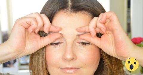 Sie drückt mit Daumen und Mittelfinger 30 Sekunden an den Augenbrauen. Es funktioniert tatsächlich!