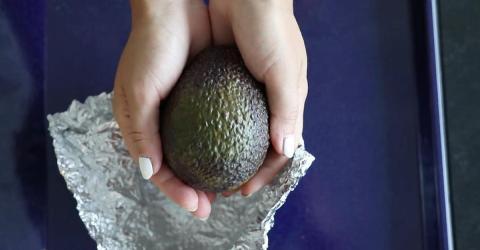 Sie wickelt eine Avocado in Alufolie. Der Grund ist genial!