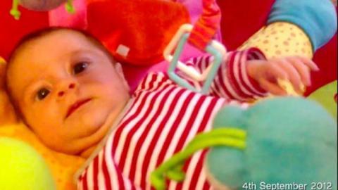 Ein ganzes Jahr lang wird dieses Baby eine Sekunde pro Tag gefilmt. Das Ergebnis ist ergreifend!