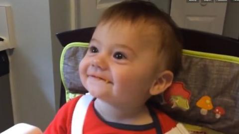 Dieses Kind bekommt zum ersten Mal feste Nahrung. Seine Reaktion ist sehr niedlich.