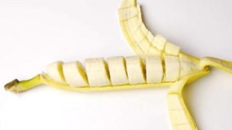 Die beste Methode, um eine Banane vorzuschneiden, ohne sich die Finger schmutzig zu machen und sie zu schälen!