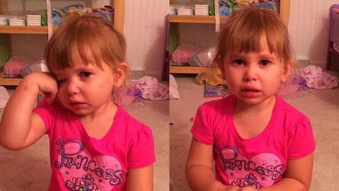 Ein kleines Mädchen erklärt seinem Vater, warum es seine Barbie bemalt hat