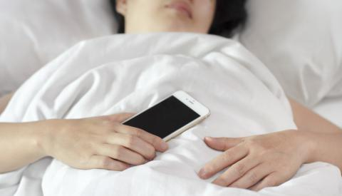 Warum du niemals mit deinem Smartphone schlafen solltest