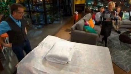 wie kann man in weniger als einer minute eine decke in einen bettbezug hineinstecken. Black Bedroom Furniture Sets. Home Design Ideas