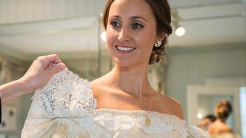 Diese Frau trug zu ihrer Hochzeit ein 120 Jahre altes Kleid.