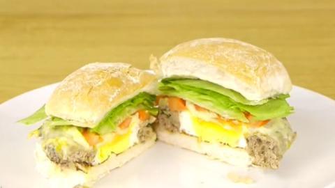Dieser ultra leckere Gourmet-Burger wird alle Gäste am Tisch begeistern. Auf jeden Fall ausprobieren
