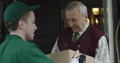 Dieser einsame Mann bekommt zu Weihnachten ein Päckchen, das sein Leben verändern wird...