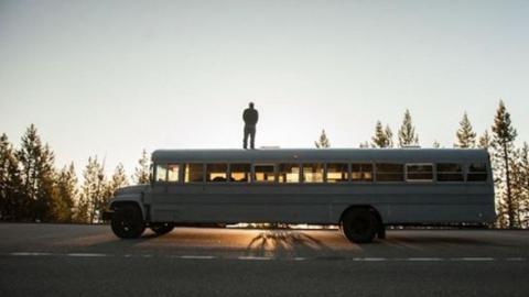 Dieser Mann baut einen Bus um und geht auf eine 10.000 km lange Reise!