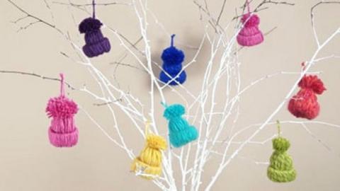Sie möchten richtig schöne Deko-Mützchen für Ihren Weihnachtsbaum selber basteln. Einige Minuten genügen!