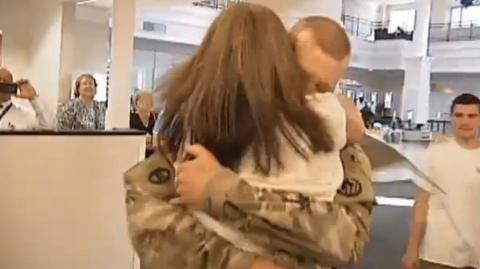 Sie macht ihrem Mann eine enorme Überraschung von 45 Kilo bei seiner Rückkehr aus Afghanistan. Entdecken Sie welche