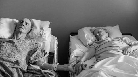 Nach 62 Jahren Ehe starben diese beiden Liebenden zusammen Hand in Hand. Eine ganz unglaubliche Liebesgeschichte.