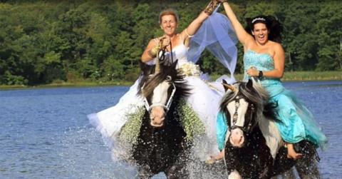 Diese Braut lebt ihren Traum vom Ritt auf einem Einhorn aus. Doch dann wird der Traum zum Alpraum!