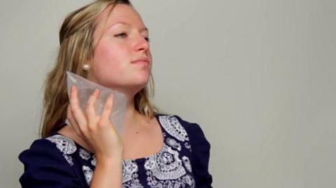 Um Ihren Muskelkater zu lindern, kann man diesen Eisbeutel selber zu Hause machen. Das Ganze geht superleicht!