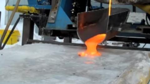 Lava auf Eis gibt eine spektakuläre Reaktion