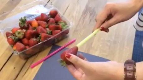 Sie wollen Erdbeeren entstielen, ohne sie zu schneiden? Dann ist dieser Trick ist für Sie.