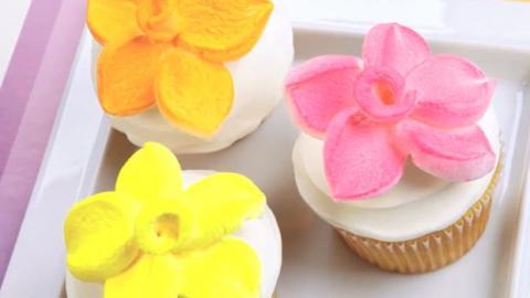 Probieren Sie diese Marshmallow-Blumen zur Kuchenverzierung aus! Ganz simpel und sehr lecker!