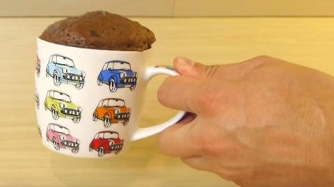 Dieser sehr leckere Mug Cake ist mit nur zwei Zutaten schnell gemacht. Du wirst es lieben