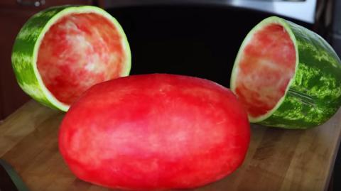 Du weißt nicht, wie du eine Wassermelone schälen sollst? Dann wird dich dieser Tipp verblüffen