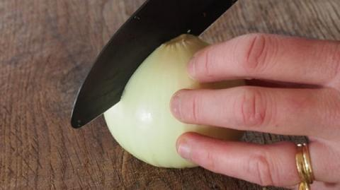 Du weißt nie, wie du eine Zwiebel richtig schneiden sollst? Lerne hier, wie es ganz einfach geht