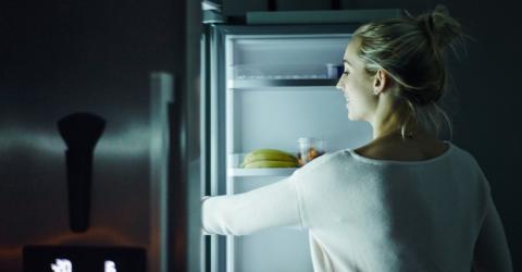 Sie legt etwas in ihren Kühlschrank. Ein genialer Trick, um ihn sauber zu halten!