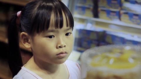 Sie kann die Torte, die sie für den Geburtstag ihres Großvaters ausgesucht hat, nicht bezahlen. Bis ihr jemand zu Hilfe kommt ...