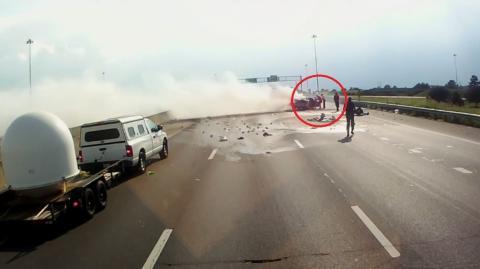 Eine Großmutter und ein Baby wurden von diesem Mann aus einem brennenden Auto gerettet. Ein Beispiel für große Zivilcourage!