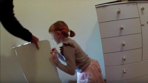 Als ihre Mutter schwanger war, hat ihr Vater ein Geheimnis in der Wand ihres Zimmers versteckt. 7 Jahre später hat sie es geöffnet …