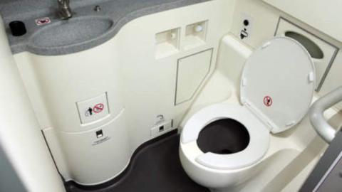 Was passiert eigentlich, wann man an Bord eines Flugzeuges die Toilettenspülung betätigt?