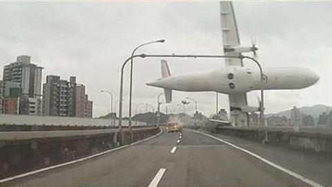 Flugzeug-Crash in Taiwan: die Bilder des Absturzes.