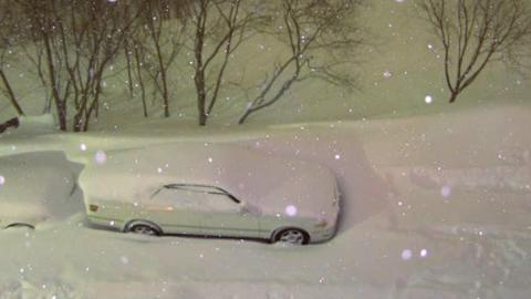 Abends fotografiert er sein zugeschneites Auto. Am Morgen ist es weg